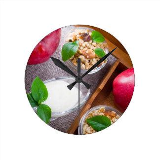 Relógio Redondo Cereal com nozes e passas, yogurt e maçãs