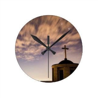 Relógio Redondo céu estrelado, igreja e cruz