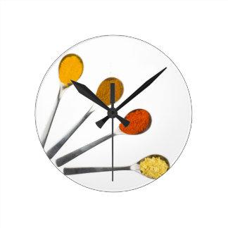 Relógio Redondo Cinco especiarias de tempero em colheres do metal