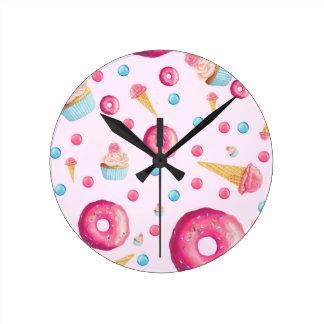 Relógio Redondo Colagem cor-de-rosa da rosquinha