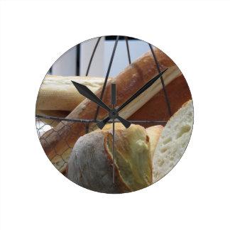 Relógio Redondo Composição com tipos diferentes de pão cozido