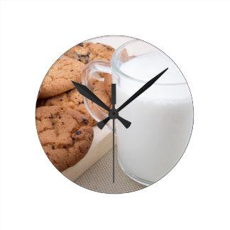 Relógio Redondo Copo com os biscoitos do leite e de farinha de