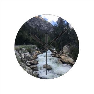 Relógio Redondo Córrego da montanha rochosa