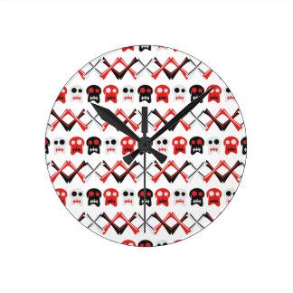 Relógio Redondo Crânio cómico com teste padrão colorido cruzado