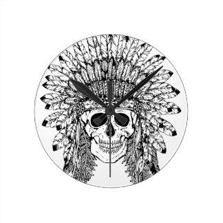 Relógio Redondo Crânio gótico do estilo tribal com gráfico da