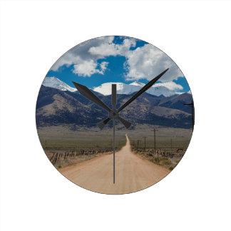 Relógio Redondo Cruzamento da estrada da parte traseira do vale do