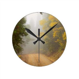 Relógio Redondo Cruzamento na névoa do outono