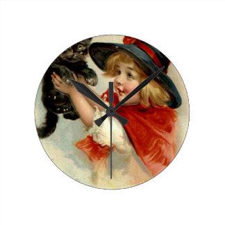 Relógio Redondo Cumprimentos do Dia das Bruxas - Frances Brundage