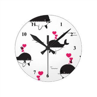 Relógio Redondo Design da baleia preta & branca com corações
