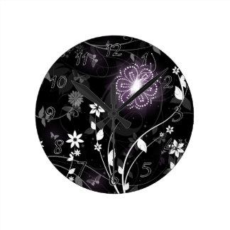 Relógio Redondo Design roxo iluminado das borboletas e das flores