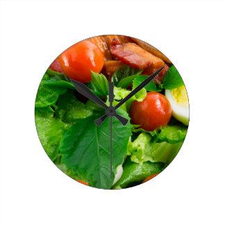 Relógio Redondo Detalhe de uma placa com tomates de cereja, ervas
