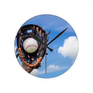 Relógio Redondo Entregue guardarar o basebol na luva com céu azul