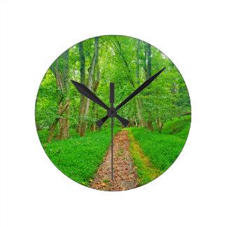 Relógio Redondo Esta fuga bonita da floresta beckons o