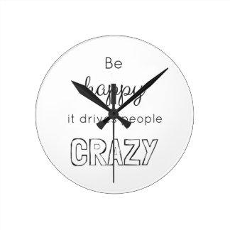 Relógio Redondo Esteja feliz que conduz as pessoas loucas