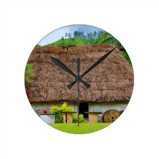 Relógio Redondo Fijian tradicional Bure, vila de Navala, Fiji