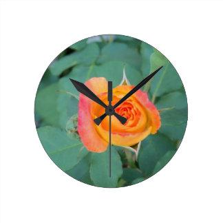 Relógio Redondo flor alaranjada do rosa amarelo