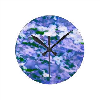 Relógio Redondo Flor branca do Dogwood no azul