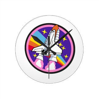 Relógio Redondo foguete do arco-íris do rosa do remendo do crachá