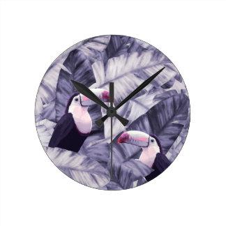 Relógio Redondo Folhas tropicais violetas da banana de Toucan do