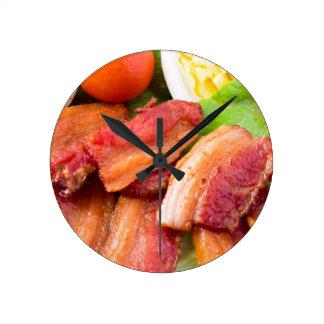 Relógio Redondo Fragmente o close up do prato com alface shredded,