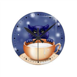 Relógio Redondo Gato bonito com leite