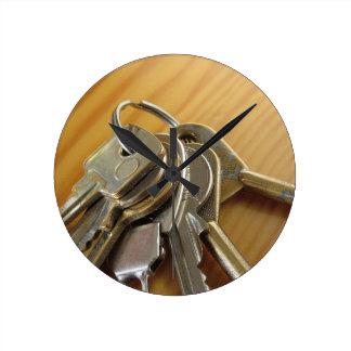 Relógio Redondo Grupo de chaves gastas da casa na mesa de madeira