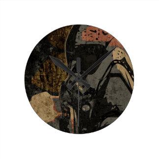 Relógio Redondo Homem com máscara protetora na placa de metal
