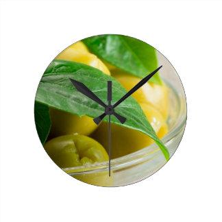 Relógio Redondo Ideia macro das azeitonas com folhas verdes