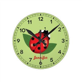 Relógio Redondo Inseto vermelho adorável do joaninha com nome