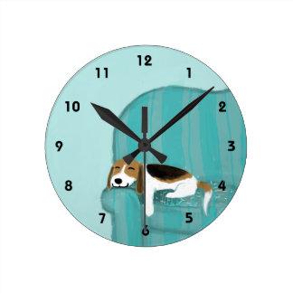 Relógio Redondo Lebreiro feliz do sofá - design bonito do cão