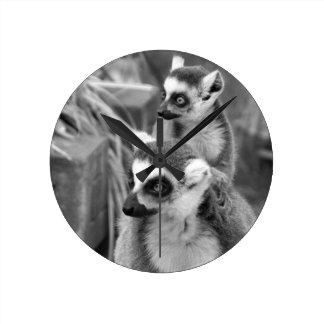 Relógio Redondo lemur Anel-atado com o bebê preto e branco