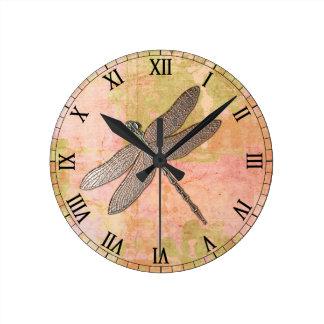 Relógio Redondo Libélula cor-de-rosa do metal das impressões