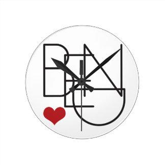Relógio Redondo Logotipo do coração da palavra de Oregon da