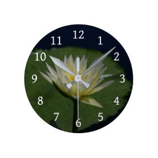 Relógio Redondo Lotus branco Waterlily