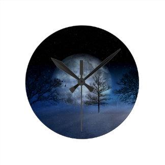 Relógio Redondo Lua cheia entre as copas de árvore