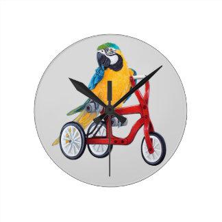Relógio Redondo Macaw do papagaio na bicicleta do triciclo