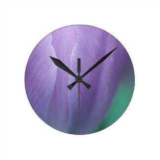 Relógio Redondo Macro da tulipa de Puple