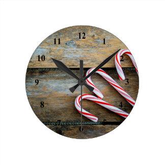 Relógio Redondo Madeira rústica com os bastões de doces do Natal