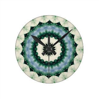 Relógio Redondo Mandala da flor branca e do azul Cerulean