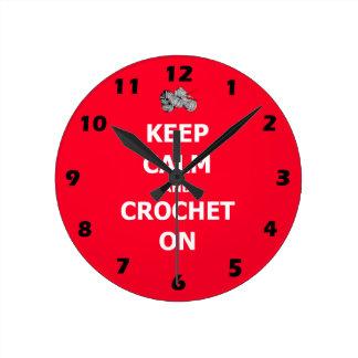 Relógio Redondo Mantenha a calma e crochet sobre, vermelho com