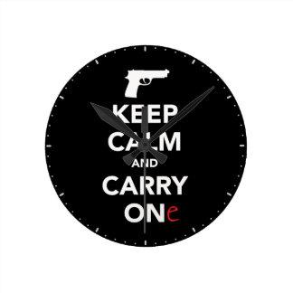 Relógio Redondo Mantenha a calma e leve uma arma