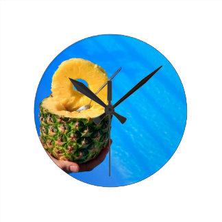 Relógio Redondo Mão que guardara o abacaxi fresco acima da piscina