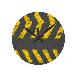 Relógio Redondo Marcação de estrada amarela afligida Grunge