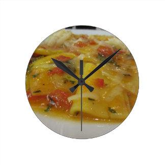 Relógio Redondo Massa caseiro com molho de tomate, cebola,