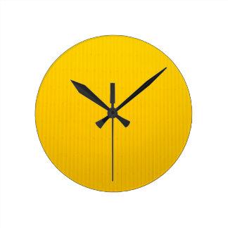Relógio Redondo Menina que anda contra a parede amarela enorme