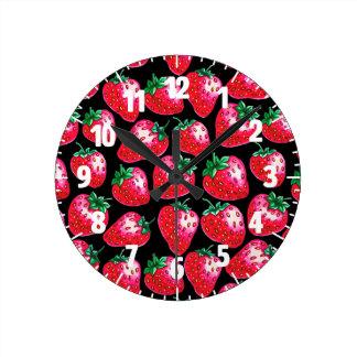 Relógio Redondo Morango vermelha no fundo preto