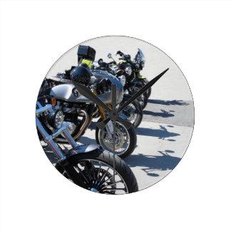 Relógio Redondo Motocicletas estacionadas na fileira no asfalto