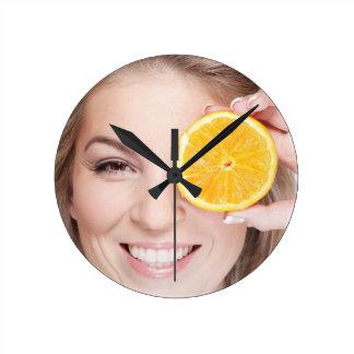 Relógio Redondo Mulher com laranja, fruta da comida da beleza da