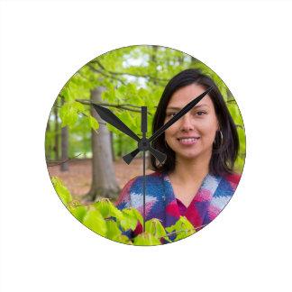 Relógio Redondo Mulher do retrato com as folhas do verde no