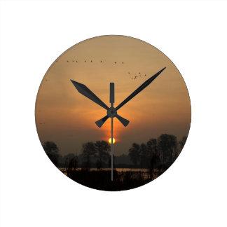 Relógio Redondo Nascer do sol em um lago com pássaros de vôo